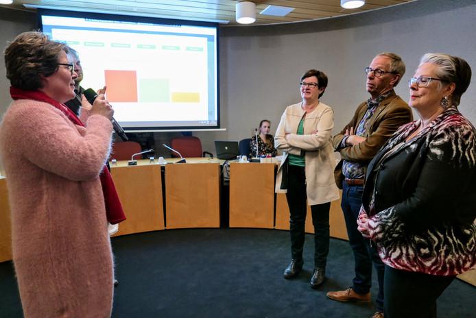 Carine Blom van Progressief'96 (links) verklaart de winst van haar partij bij de laatste gemeenteraadsverkiezing in Haaren. Naast haar Boy Scholtze van de VVD. Schuin tegenover haar glundert de andere winnaar: lijsttrekker Ans Beijens van het CDA. Kopman Johan van den Brand van Samenwerking'95 is minder blij. Helemaal rechts burgemeester Jeannette Zwijnenburg.
