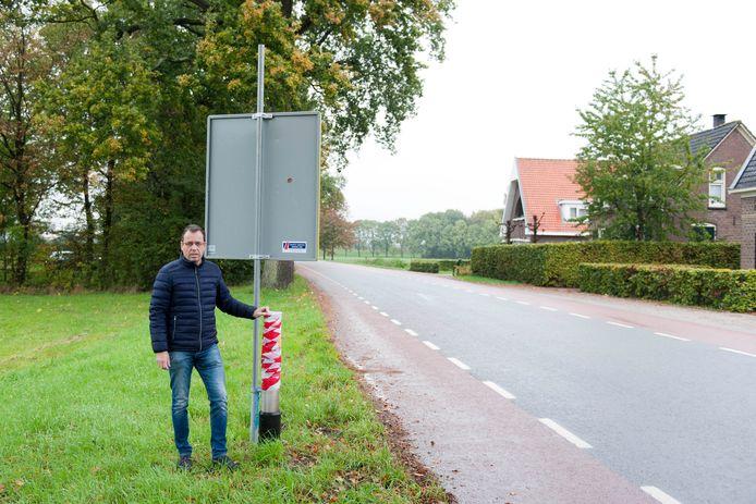 Martin Peters bij een van de twee verdwenen flitspalen bij de Rijksstraatweg in Wilp.