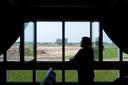 Het uitzicht vanaf de slaapkamer van Ruud Beumer op de IJssel. De slaapkamers zijn speciaal gebouwd voor het perfecte zicht op de IJssel, maar de net aangelegde dijk op het Olasfa-terrein gooit roet in het eten.