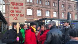 Lezing Theo Francken in Verviers geannuleerd: auto aangevallen, burgemeester protesteert mee