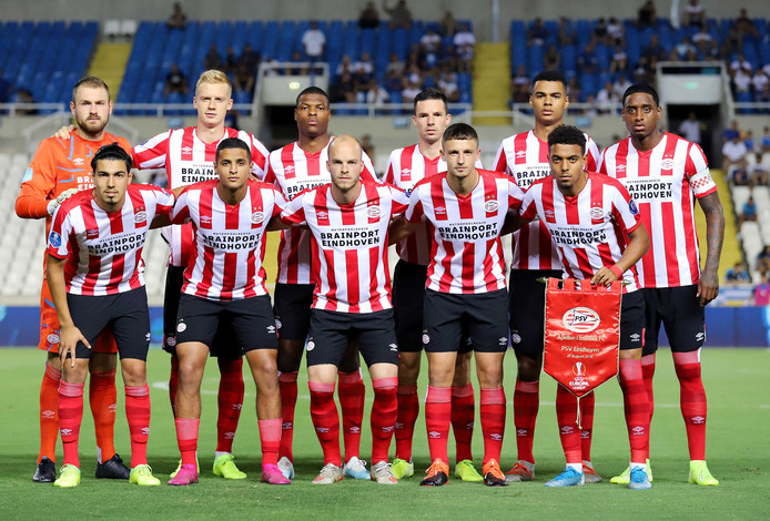 De elftalfoto van PSV in Nicosia, voor het duel met Apollon.