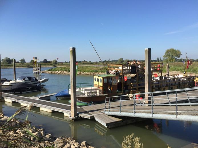 De Loswal in Wijhe met de horecaboot Little River Café.