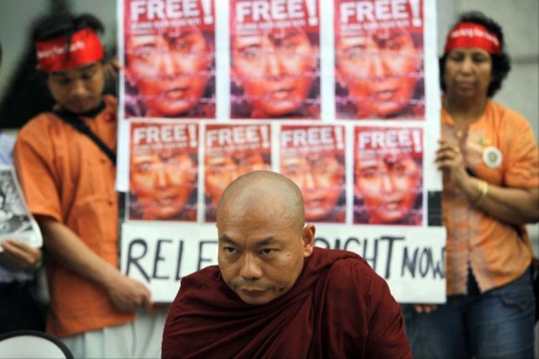 Een monnik doet bij een Japanse universiteit mee aan een demonstratie voor Aung San Suu Kyi en de democratische beweging in Birma. (AP) Beeld AP