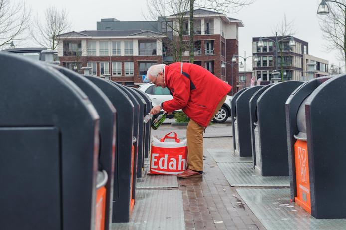 De rommel bij milieueilanden is een groot probleem in Almelo. Hier op het Eskerplein gaat het wel goed.