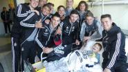 Spelers KMSK Deinze en vzw Stisa delen cadeautjes uit aan zieke kinderen