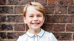 Prins George blaast vijf kaarsjes uit, Brits koningshuis deelt guitig kiekje