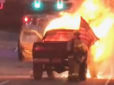 Brandweerman waagt zijn leven om Amerikaanse vlag uit vuurzee te halen