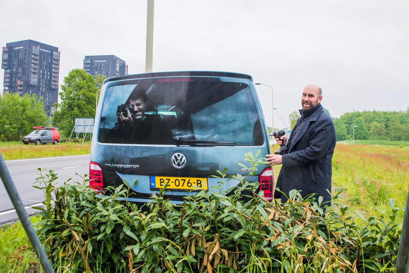 Wethouder Boaz Adank bij het nepflitsbusje aan de Zuidelijke Rondweg in Breda.
