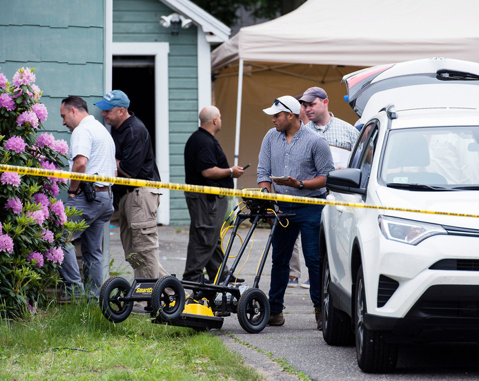 Rechercheurs doorzoeken het huis van verdachte Weldon aan de Page Boulevard, in het Amerikaanse Springfield.