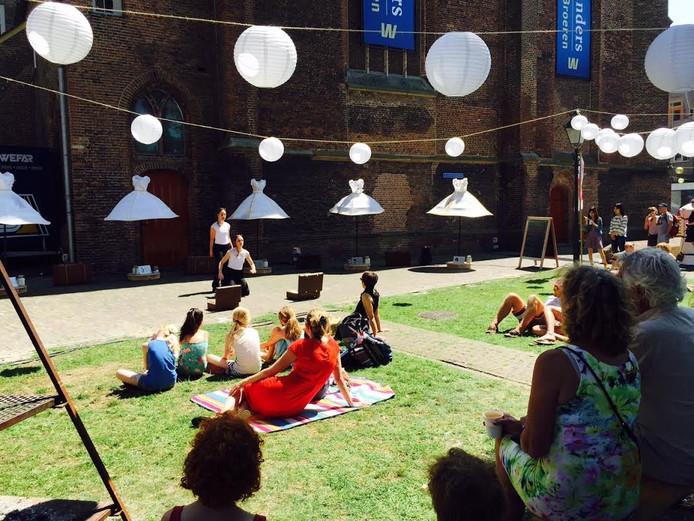 Velen zochten de schaduw op bij het kijken en luisteren naar het straattheater op Zwolle Unlimited