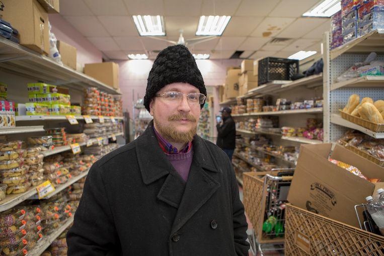 Joshua Gold in de 'All Fresh Supermarket' in Monsey, Rockland County. Volgens Joshua is het onmogelijk om klanten die niet ingeënt zijn te weigeren in de supermarkt.  Beeld Chantal Heijnen
