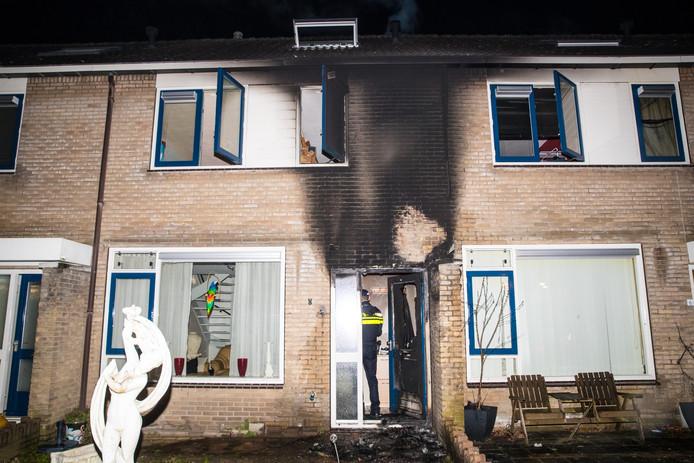 De woning liep flinke schade op door de brand.