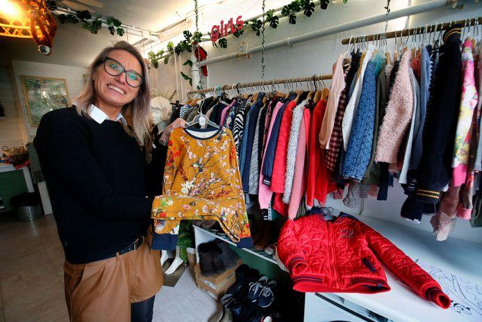 Vanessa de Bruin-Millenaar  open de in haar Gorcumse garage een kinderkledingzaak.