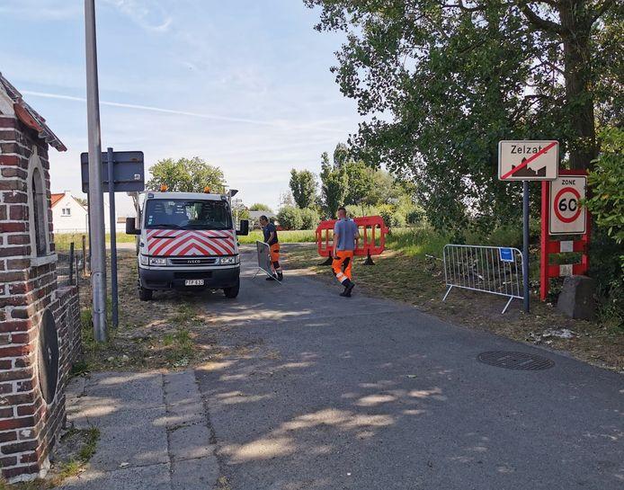 Gemeentewerkers van Zelzate verwijderden vanochtend blokkade op de grens Stekkerweg/Vissersverkorting/Sint-Stevenstraat. © Anne Hana