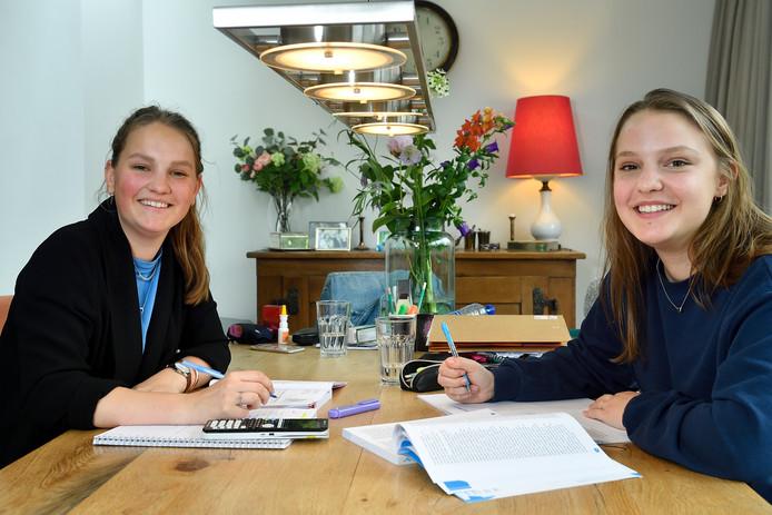Zussen Annick (links) en Emilie Teeuwen slepen elkaar door de examentijd heen.