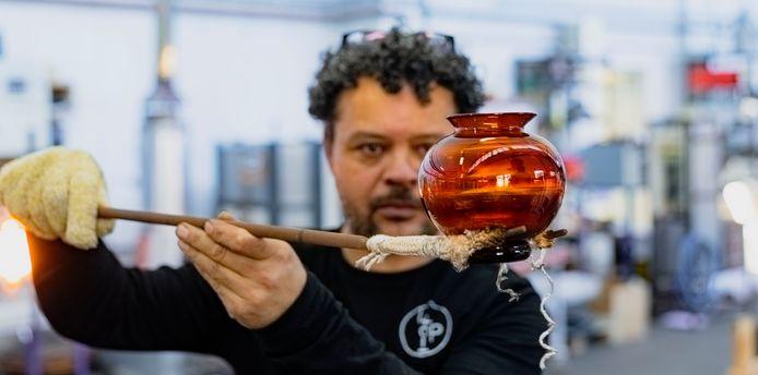 Marco Lopulalan werkt aan een Oranjevaasje ter ere van de vijftigste verjaardag van koningin Máxima.