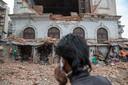 Een man belt na de aardbeving in Kathmandu
