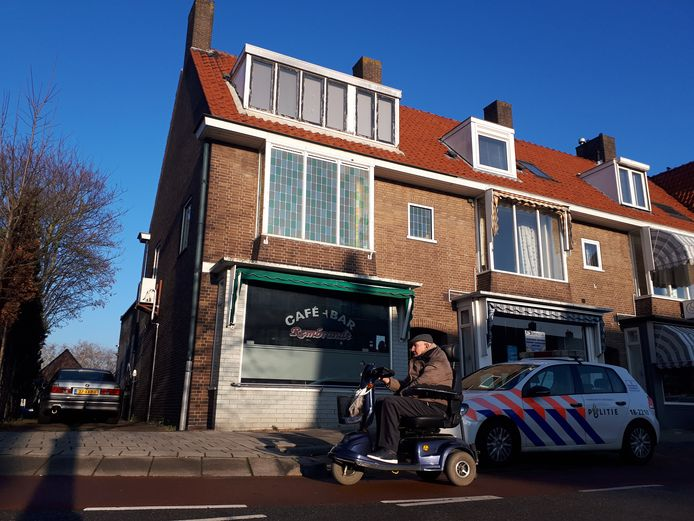 Bij café-bar Rembrandt aan de Rembrandtlaan in Sliedrecht controleerden de politie, Belastingdienst, Douane, Voedsel en Warenautoriteit op illegale praktijken.
