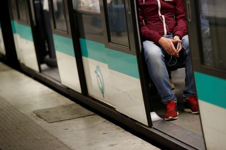 Een reiziger in de Parijse metro (archieffoto)