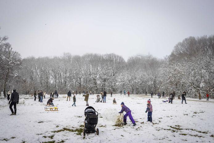 Ondanks een oproep van gemeente en politie om weg te blijven, is de sneeuwpret groot.