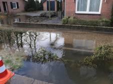 Waterleiding gesprongen in Someren: Boerenkamplaan staat blank