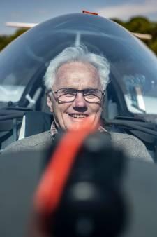 Nijmegenaar Hein van der Linden (89) kiest al zeventig jaar het luchtruim