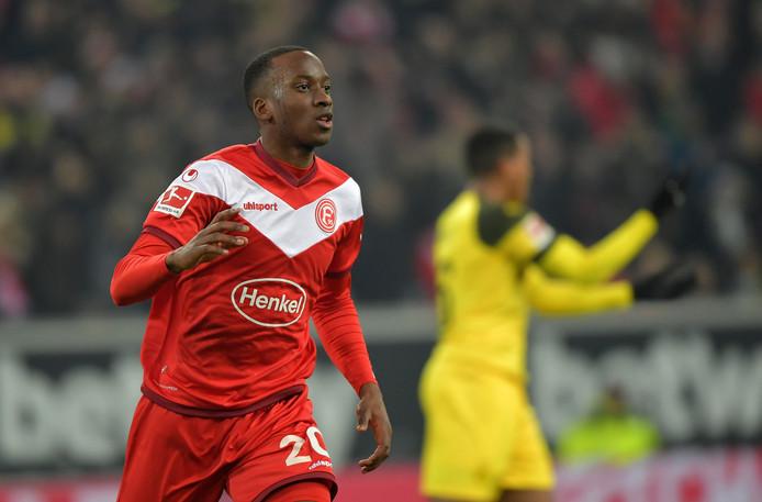 Dodi Lukebakio juicht na de 1-0. Na zijn hattrick tegen Bayern was de Belg ook de beul van Borussia Dortmund.