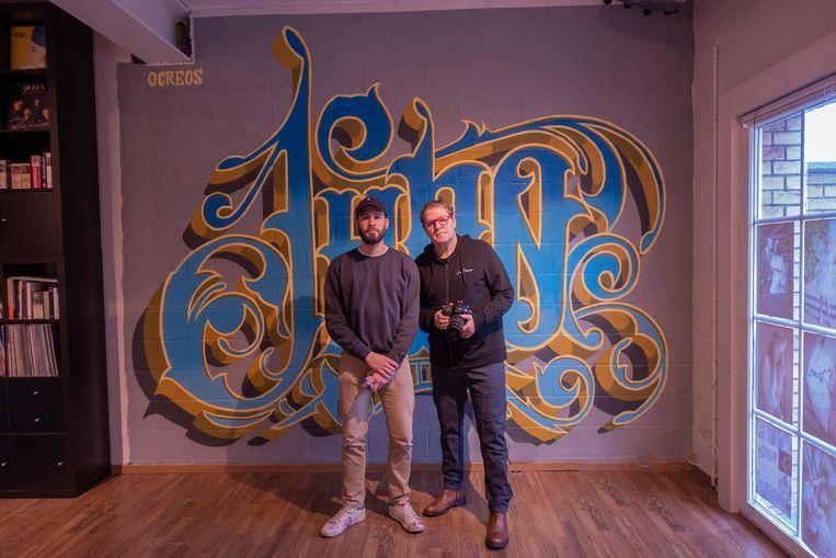 Artiest Ocreos en fotograaf Thierry Rosmane bij het nieuwe street art-kunstwerk in de studio van Thierry.