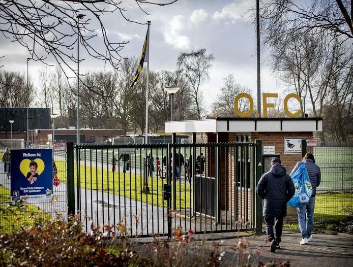 Vijf granaten, een schietpartij en een brand lijken verband te houden met voetbalclub OFC Oostzaan.