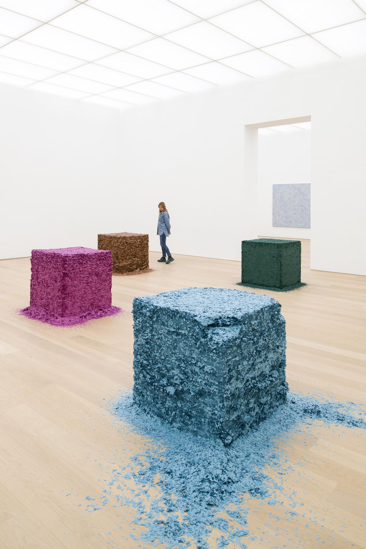 De installatie van Lara Favaretto bestaat uit vierduizend kilo confetti die in tien kubussen is geperst.
