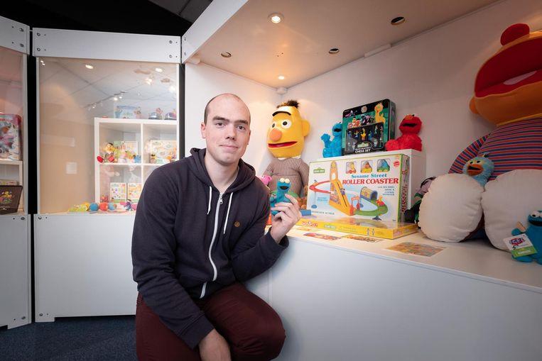 Bart Verbraeken bij zijn Sesamstraat-collectie in het Speelgoedmuseum.