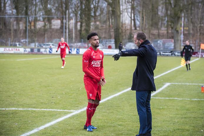 Ryan Trotman krijgt aanwijzingen van coach Sjors Ultee