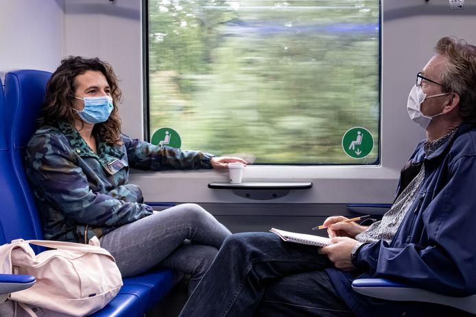 De verslaggever (met beslagen bril) in gesprek met treinreiziger Lisa Lindeboom, kapster in Utrecht.