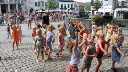 Honderden knuffels vallen zaterdag uit toren van Sint-Pieterskerk