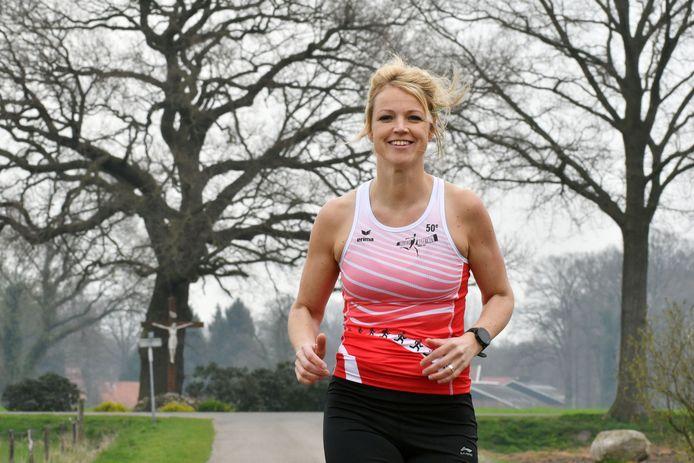 Jorieke Diepenmaat doet voor het eerst mee aan de hele marathon in Enschede. Ze loopt voor haar overleden schoonmoeder en schoonzus.