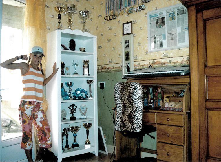 Sharon van Rouwendaal showt op twaalfjarige leeftijd haar prijzenkast. Beeld