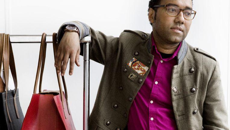 6b36c42f531 ... Tassenmaker Omar Munie met twee van zijn ontwerpen. Beeld Io Cooman