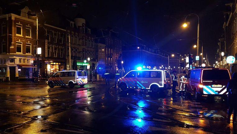 Het onderzoeksteam is in de Linnaeusstraat ter plaatse Beeld Politie Amsterdam