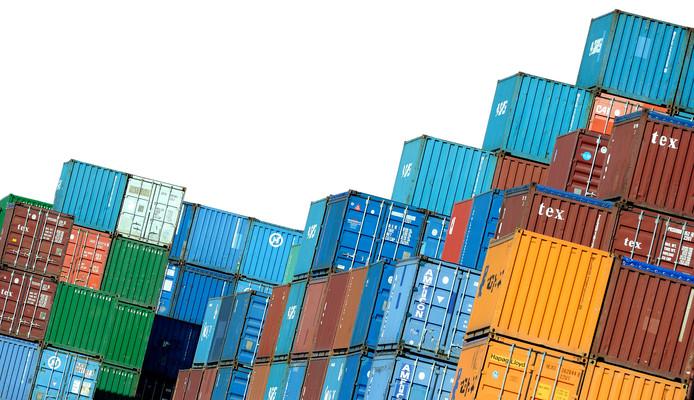 Containervervoer met vrachtwagens is goedkoper dan met schepen via Kanaal Almelo-De Haandrik, stelt de provincie Overijssel.