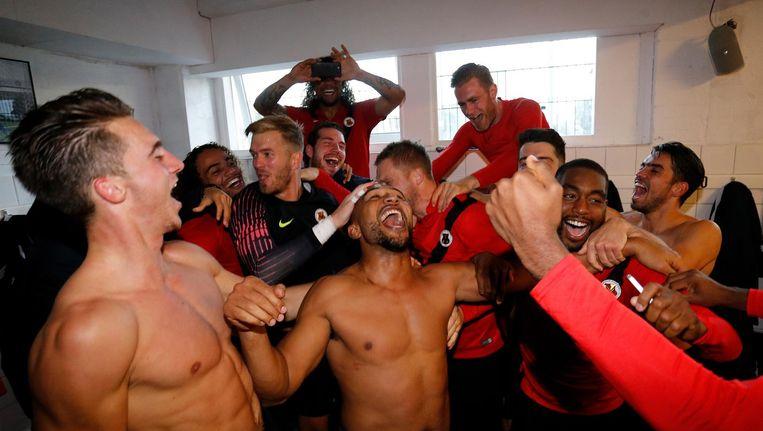 Spelers van AFC vieren de overwinning op Telstar in de kleedkamer. Beeld Soccrates Images