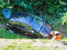 Auto belandt in sloot in Denekamp