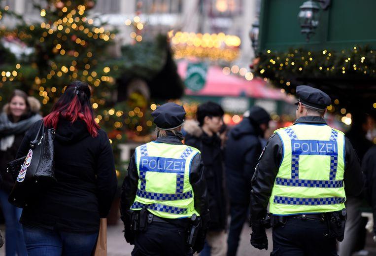 Agenten patrouilleren op de kerstmarkt van Hamburg.