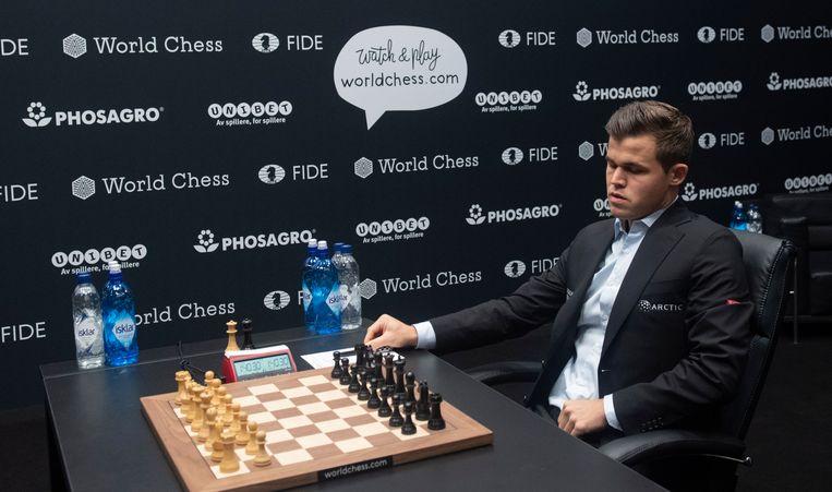 Magnus Carlsen wacht op zijn tegenstander Fabiano Caruana tijdens het WK schaken.  Beeld EPA