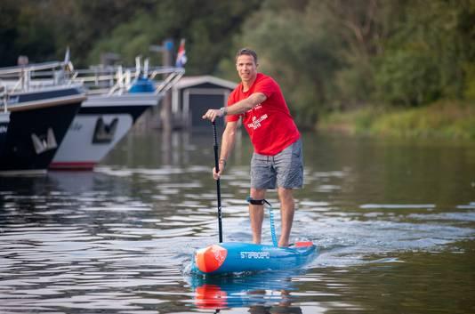 De in Wageningen wonende Engelsman Nick Drewett gaat proberen met een paddle board het Kanaal over te steken.