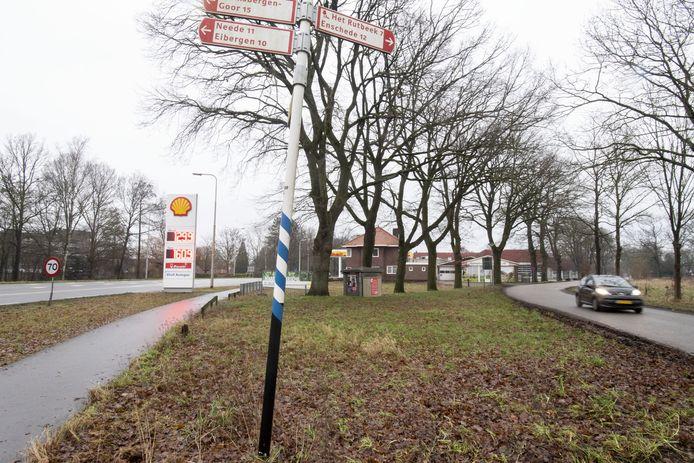 In de wig tussen de Enschedesestraat en de Oude Enschedeseweg blijven de drie bestaande woningen staan en worden 15 bouwkavels verkocht. Rechts de grond aan de overzijde van de Oude Enschedeseweg waar 5 grote kavels zijn gepland.