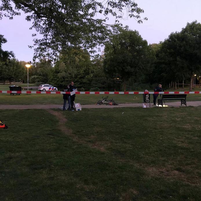 De politie zette de omgeving van de steekpartij af met linten en verrichtte onderzoek.