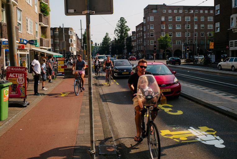 In de Rijnstraat moeten fietsers de rijbaan op om loopruimte op het fietspad te creëren voor de 1,5 meterregel. Beeld Marc Driessen