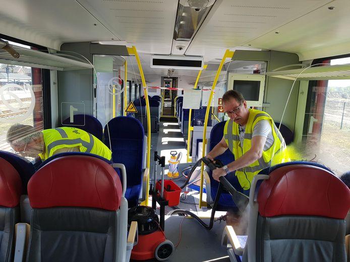 Machinisten Ben en Jos Slot in de Arriva-trein aan het werk als schoonmakers.