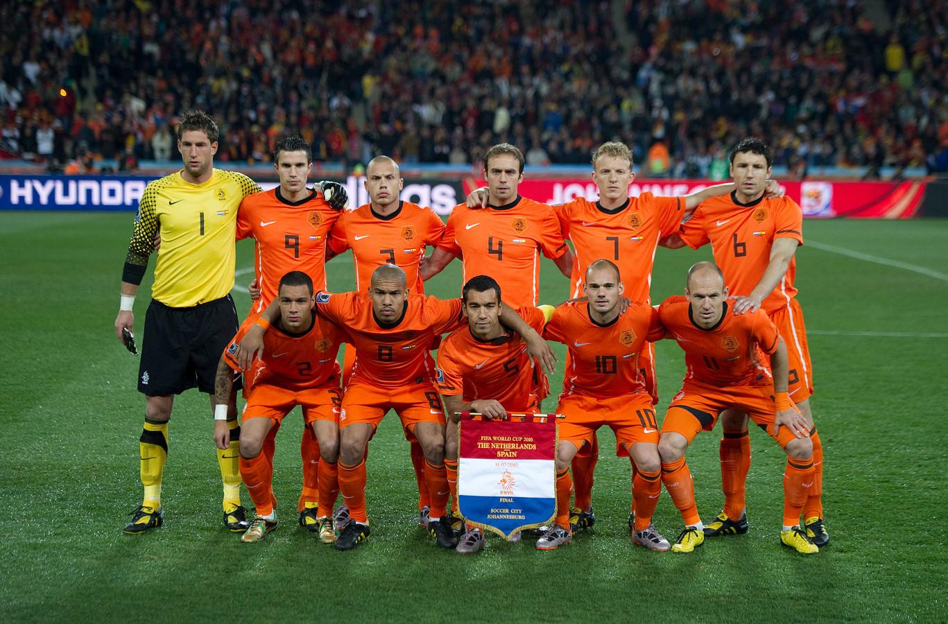 Het Nederlands elftal poseert voor de aftrap van de finale tegen Spanje in Johannesburg.