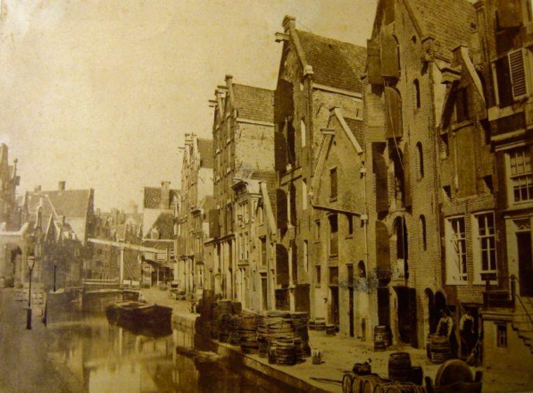 1857: Nieuwezijds Achterburgwal (nu de Spuistraat). (FOTO B.B. TURNER) Beeld